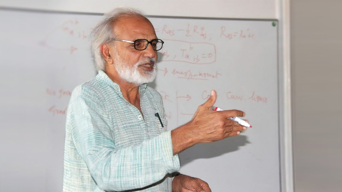 IASBS hosts prominent Indian theoretical physicist